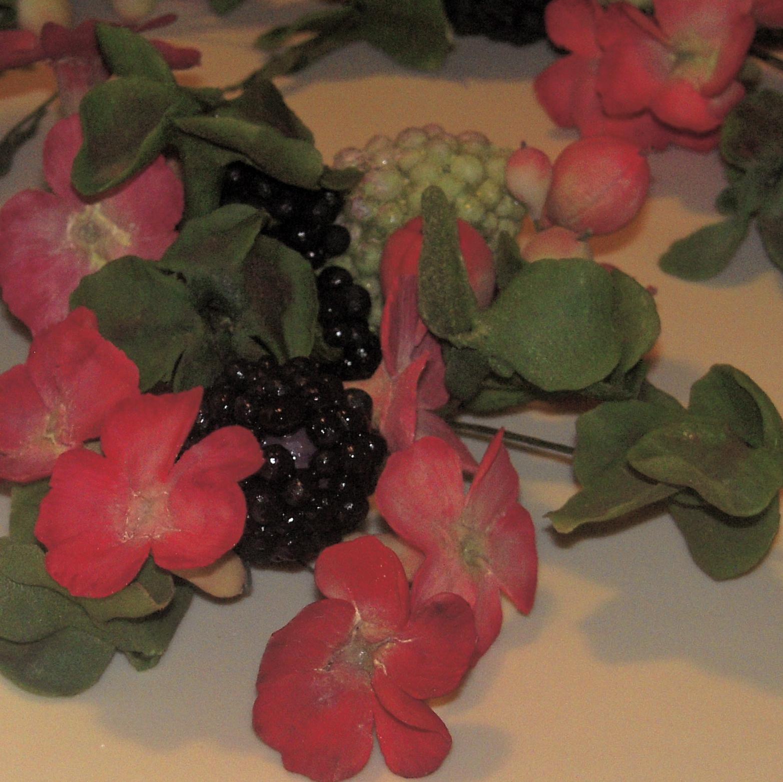 Dettaglio fiori more e foglie